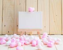 Leeg wit tekeningskader met roze harten Stock Foto