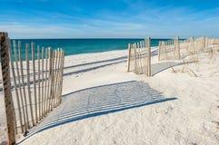 Leeg wit zandig strand stock foto