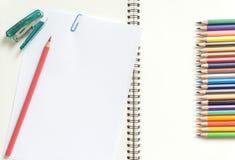 Leeg Witboek en kleurpotlood op het bureau Royalty-vrije Stock Afbeeldingen
