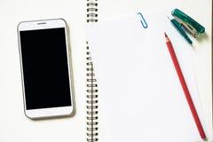 Leeg Witboek en kleurpotlood, phon op het bureau Royalty-vrije Stock Fotografie