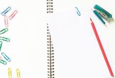 Leeg Witboek en potlood op bureau Stock Foto's