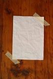 Leeg Witboek op houten korreloppervlakte Stock Fotografie