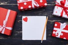 Leeg Witboek voor exemplaarruimte met een potlood en een kleine rode hea Royalty-vrije Stock Fotografie