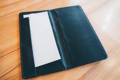 Leeg leeg Witboek in zwarte de betalingsrekening van het leerrestaurant Royalty-vrije Stock Afbeelding