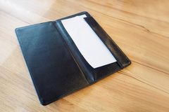 Leeg leeg Witboek in zwarte de betalingsrekening van het leerrestaurant Stock Foto