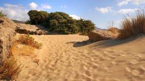 Leeg zandstrand op het turkooise overzees op een zonnige dag, Kreta, Griekenland Royalty-vrije Stock Foto's
