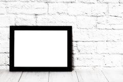 Leeg zwart fotokader op houten plank of lijst Model met exemplaarruimte royalty-vrije stock foto's