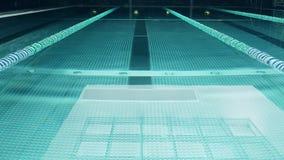 Leeg zwembad met kleine rimpelingen en daglichtbezinning van dakraam stock footage