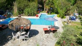 Leeg zwembad, vakantietoevlucht, reisbestemming stock footage