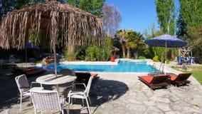 Leeg zwembad, vakantietoevlucht, reisbestemming stock video