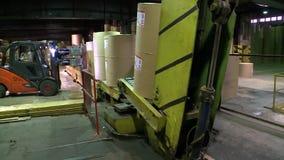Leegmakende en ladende ladersbroodjes van document in het pakhuis van geëindigd - producten