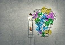 leek för affärskvinna för bakgrundsidékläckningaffär som ser grubbla högväxt tänka upp visualisera white för vision Arkivbild