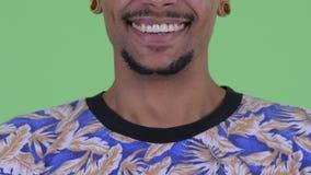 Leende av den lyckliga unga afrikanska mannen stock video