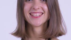 Leende av den lyckliga unga härliga kvinnan lager videofilmer