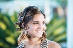 Leende av en härlig flicka med örhängen med fjädrar royaltyfri foto