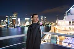 Leende för affärskvinna i dräktomslag i miami, USA Sinnlig kvinna på skeppbräde på natthorisont Mode skönhet, blick lopp Royaltyfria Foton