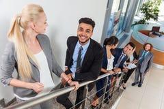 Leende för grupp för affärsfolk som uppför trappan går, Businesspeople Arkivbild