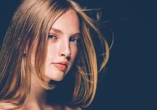 Leende för hud för skönhet för härliga kanter för kvinna blonda röda sunt Spa b arkivfoton