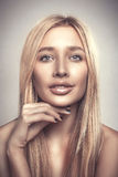 Leende för kvinna för modeglamourstående ungt härligt blont arkivfoton