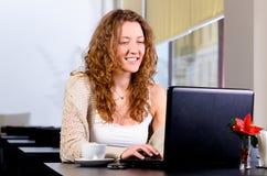 Leende för kvinnacafebärbar dator 0121 (62) .jpg Arkivfoto