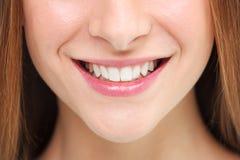 leende för person för folk för aktiva härliga konditionflickaflickor som lyckligt isolerat nätt ler teen unga tonåringkvinnakvinn Arkivfoto