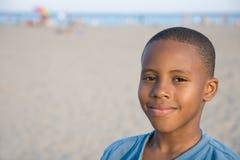 leende för strandpojke s arkivbild