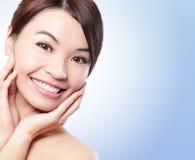 Leendeframsida av kvinnan med vård- tänder Royaltyfria Bilder