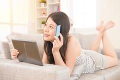 Leendekvinna som direktanslutet shoppar vid den digitala minnestavlan Fotografering för Bildbyråer