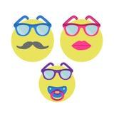 leenden tre Smileykvinnan i solglasögon med läppstift, man med mustaschen och behandla som ett barn med nippeln Fotografering för Bildbyråer
