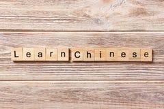 Leer Chinees die woord op houtsnede wordt geschreven Leer Chinese teksten op lijst, concept royalty-vrije stock foto