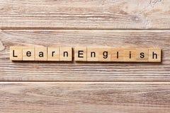 Leer Engels die woord op houtsnede wordt geschreven leer Engelse teksten op lijst, concept stock foto