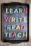 Leer Gelezen schrijf en koekjes op bakseldienblad onderwijs Stock Foto's