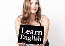 Leer het Engels op het virtuele scherm wordt geschreven dat Technologie, Internet en voorzien van een netwerkconcept mooie vrouw  Royalty-vrije Stock Fotografie