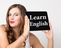 Leer het Engels op het virtuele scherm wordt geschreven dat Technologie, Internet en voorzien van een netwerkconcept mooie vrouw  Stock Afbeeldingen