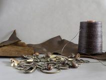 Leer het naaien begrippen, leerdraad en leer royalty-vrije stock afbeeldingen