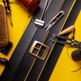 Leer het werken of Leerambacht Zwart gelooid leer op bureau van het leer het craftman werk Werkende hulpmiddelen op een het werkl stock foto's