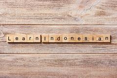 Leer Indonesisch die woord op houtsnede wordt geschreven leer Indonesische teksten op lijst, concept royalty-vrije stock afbeelding