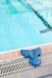 Leer om apparatuur te zwemmen. Stock Afbeeldingen