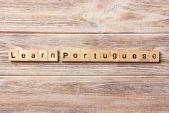 Leer Portugees die woord op houtsnede wordt geschreven leer Portugese teksten op lijst, concept stock foto's