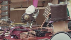 Leer steampunk herinneringen bij het verkopen van tribune bij het festival van het stadspark stock videobeelden