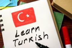 Leer Turks in een blocnote wordt geschreven die Royalty-vrije Stock Foto's