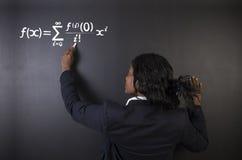 Leer wiskunde, wetenschaps of chemieleraar met krijtachtergrond Stock Fotografie
