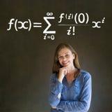 Leer wiskunde of wiskundeleraar met krijtachtergrond Stock Afbeeldingen