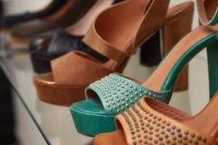 Leer women& x27; s schoenen op de planken in de opslag Stock Foto's