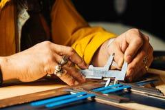Leerambacht voor portefeuille die met hulpmiddel aan bureau van het leer het craftman ` s werk werken Royalty-vrije Stock Foto