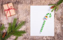 Leerbeleg auf Weihnachtshintergrund Zeichen zu Weihnachtsmann stockfotos