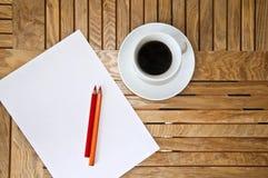 Leerbeleg, Farbenbleistift und ein Tasse Kaffee Lizenzfreie Stockfotos