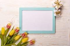 Leerbeleg, Geschenk und Tulpen Stockbilder