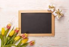 Leerbeleg, Geschenk und Tulpen Lizenzfreie Stockfotografie