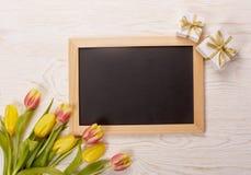 Leerbeleg, Geschenk und Tulpen Lizenzfreie Stockfotos